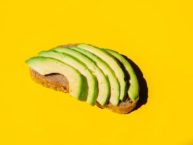 パンのスライスに健康的なスライスアボカド 無料写真