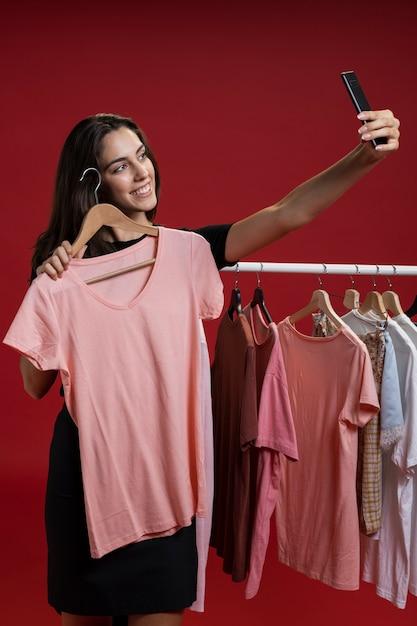 Вид спереди женщина, принимая селфи с розовой футболке Бесплатные Фотографии