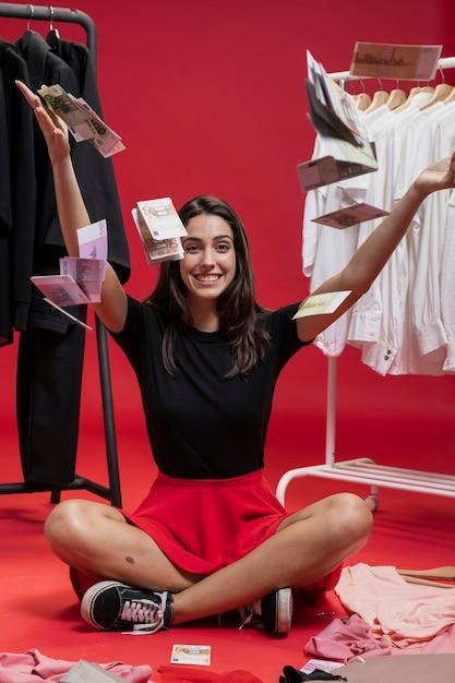Красивая женщина бросает деньги на пол Бесплатные Фотографии