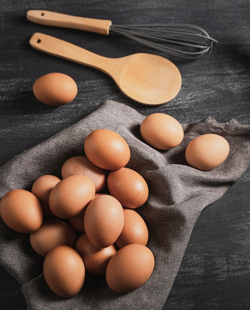Вид сверху набор яиц и кухонных инструментов Бесплатные Фотографии