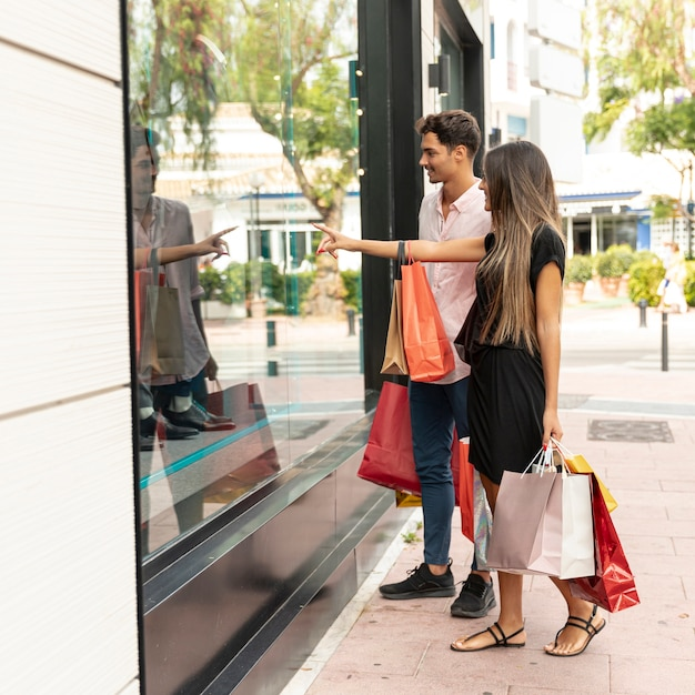 店の近くの若いショッピングカップル 無料写真