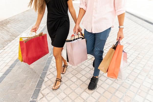 ショッピングカップルの高角度のビュー 無料写真
