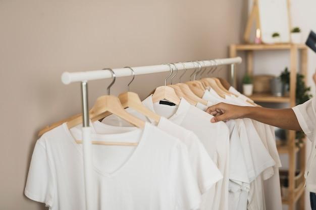 Простой гардероб с белыми футболками Бесплатные Фотографии
