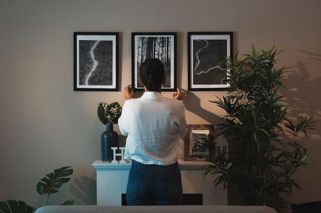自宅で絵画をアレンジする女性 無料写真