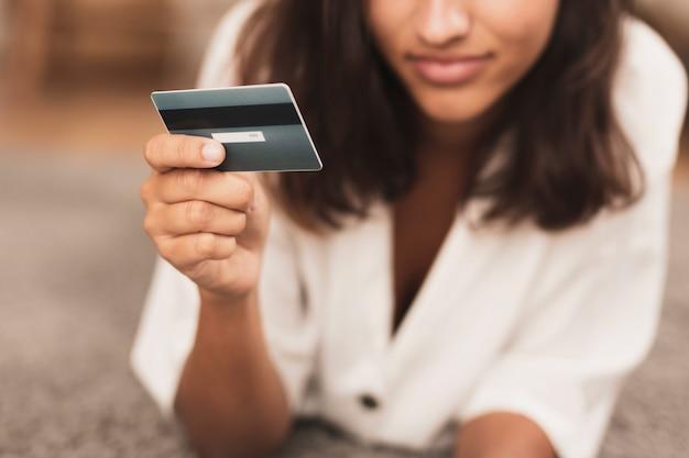 銀行カードのクローズアップを持っている手 無料写真
