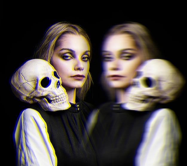 Женщина с черепом на плече и эффектом глюка Бесплатные Фотографии
