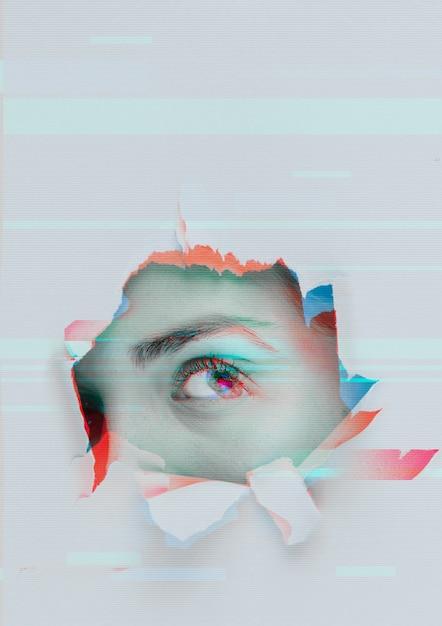 グリッチされた目を持つ壁の穴 無料写真