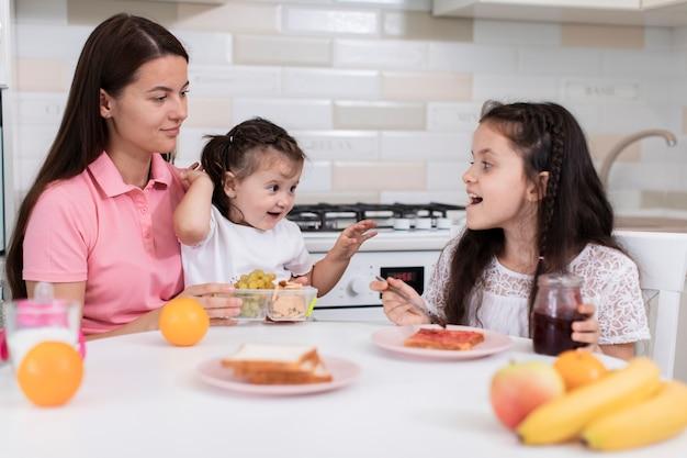 娘と朝食を持っている母 無料写真