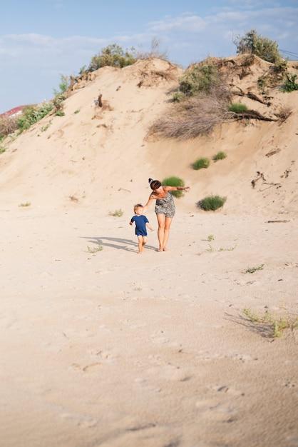 おばあちゃんとビーチで孫 無料写真