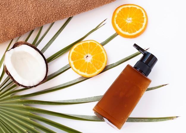 Вид сверху бутылки кокоса и ломтики апельсина Бесплатные Фотографии