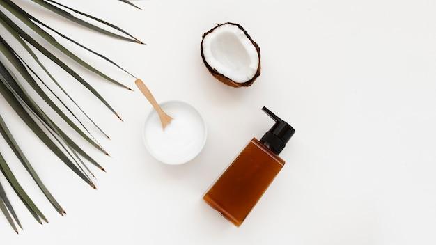 Плоская планировка масла для тела и эфирного масла на белом фоне Бесплатные Фотографии
