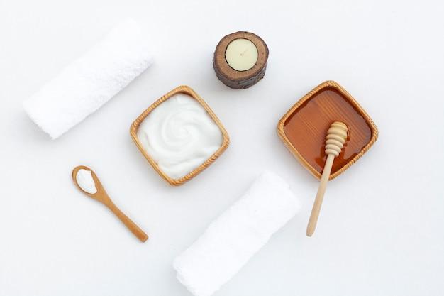 ボディバタークリームと白い背景の上の蜂蜜のトップビュー 無料写真