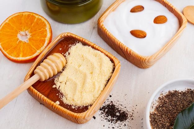 ボディバターと木製のテーブルの上のオレンジの高角度 無料写真