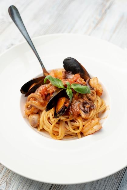 木製テーブルの上のスパゲッティのクローズアップビュー 無料写真