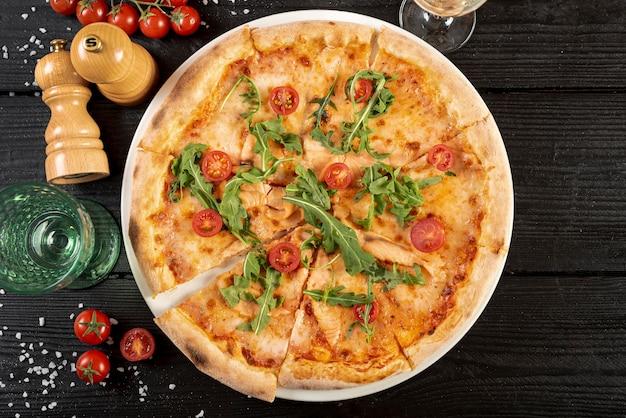 木製のテーブルにおいしいピザのトップビュー 無料写真