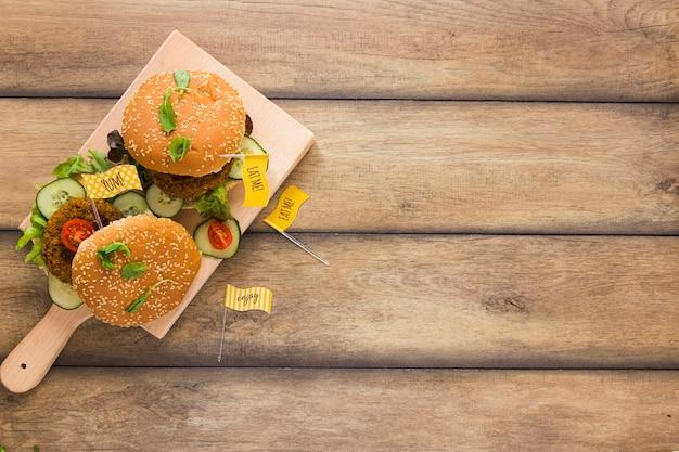コピースペースで木の板にビーガンハンバーガー 無料写真