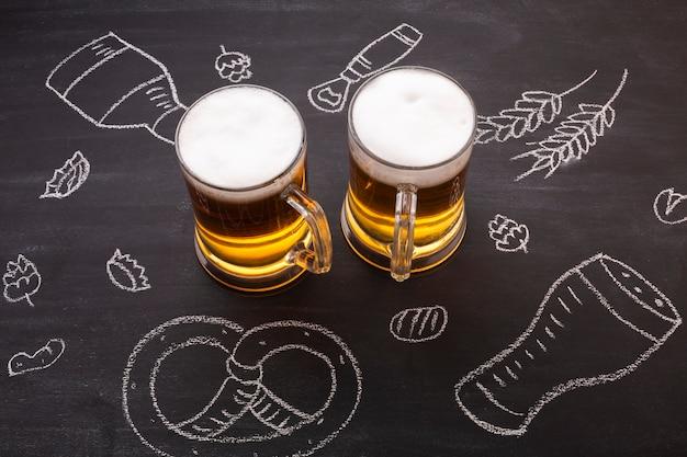 黒板背景でクローズアップビール 無料写真