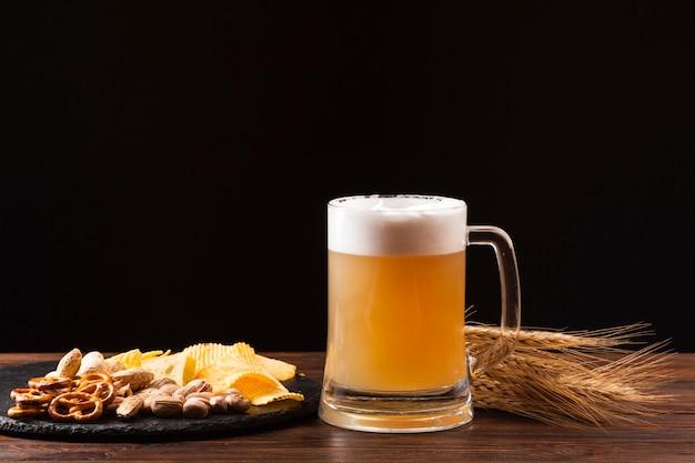 ソーセージと正面のビールジョッキ 無料写真