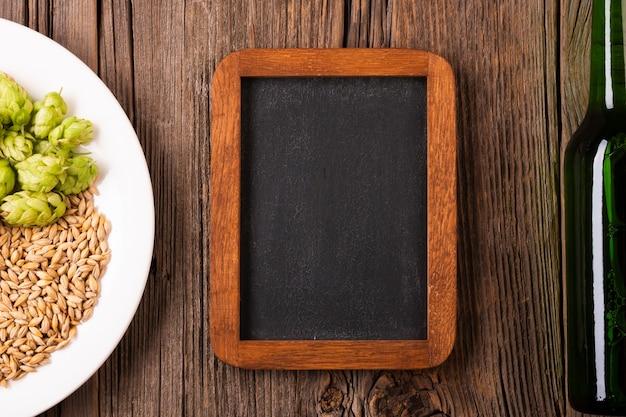Деревянная рама и тарелка с ячменем и хмелем Бесплатные Фотографии