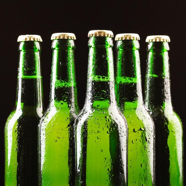 Стеклянные бутылки пива расположены в центре Бесплатные Фотографии