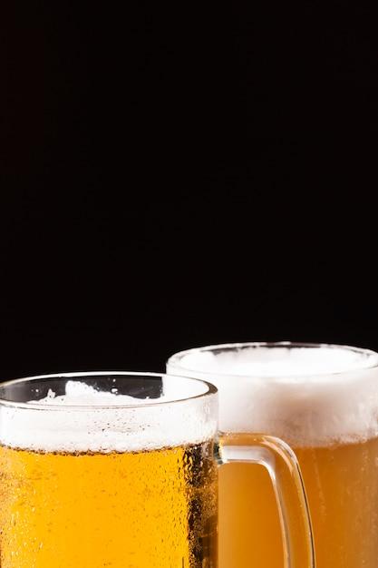 泡が付いている冷たいビールジョッキ 無料写真