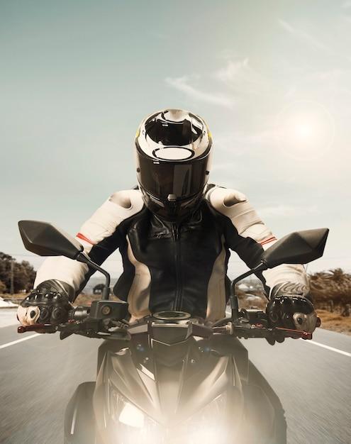 高速化するオートバイの正面図 無料写真