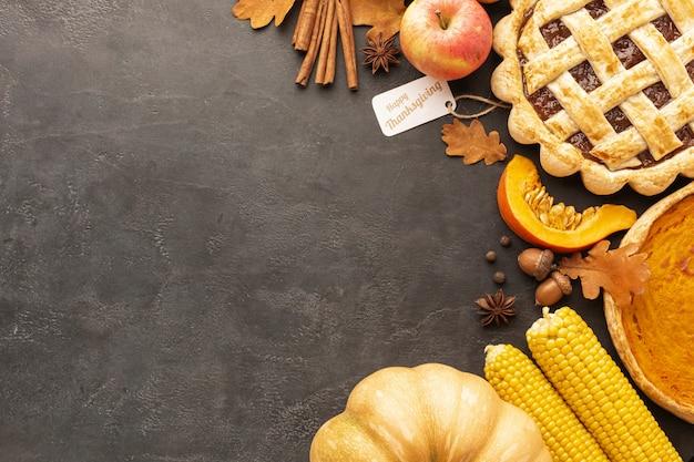 トップビューのパイと漆喰の背景にリンゴ 無料写真