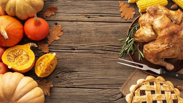 木製の背景の上に食べ物とトップビューフレーム 無料写真