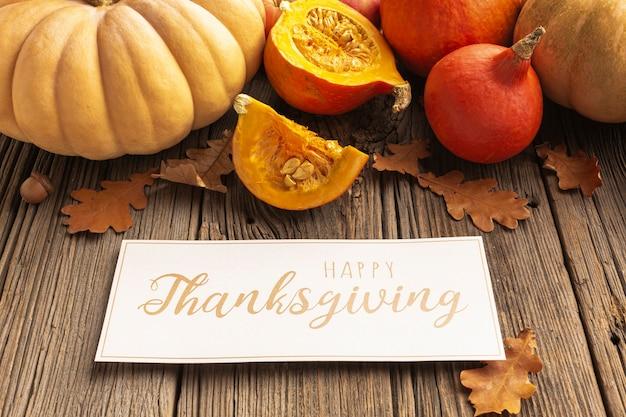 カボチャと感謝祭のサインと高角度の品揃え 無料写真