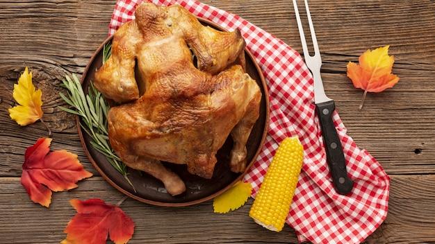 Композиция сверху с вкусной индейкой и кукурузой Бесплатные Фотографии