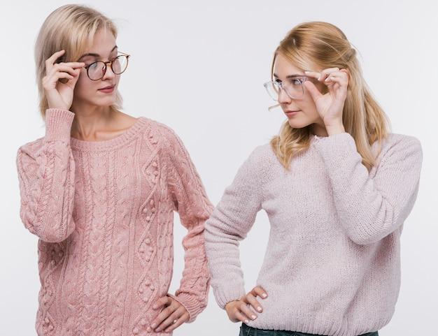眼鏡でお互いを見ている女の子 無料写真