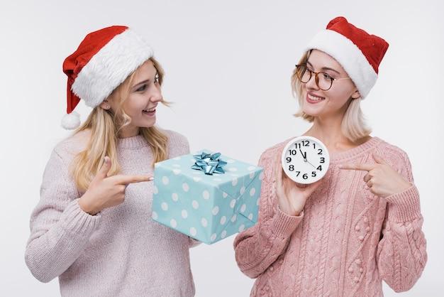 Вид спереди девушки с подарочной коробкой Бесплатные Фотографии