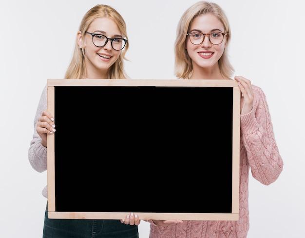 モックアップと一緒に美しい若い女の子 無料写真