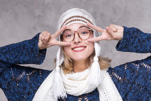 メガネで笑顔の女性の肖像画 無料写真