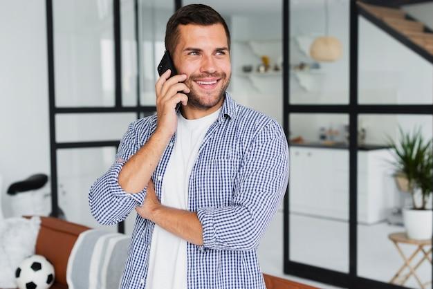 電話で話していると幸せになりながら離れて見て男 無料写真