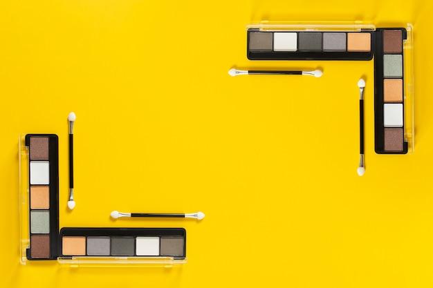 コピースペースと黄色の背景のパレットのトップビュー 無料写真