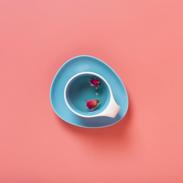 無地の背景を持つカップの中の花の上から見る 無料写真