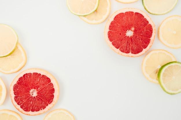 テーブルに新鮮な有機柑橘類のミックス 無料写真