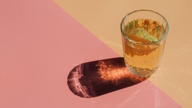 Ломтик грушевого сока в прозрачном стакане с соломкой Бесплатные Фотографии