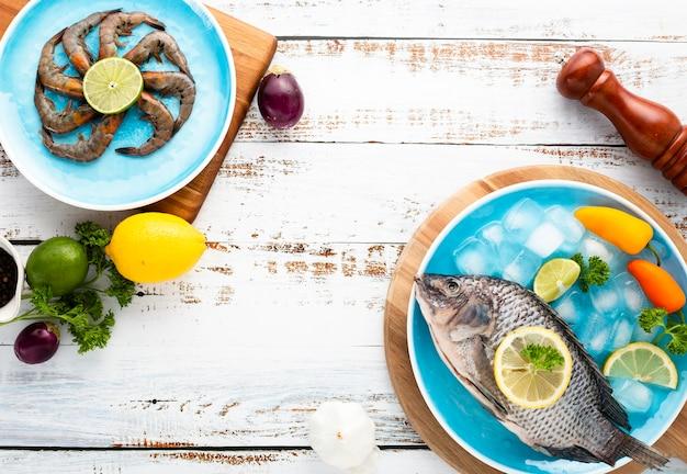 木製の背景においしい食べ物とフラットレイアウト配置 無料写真