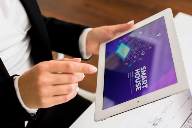タブレットのクローズアップを使用して実業家 無料写真