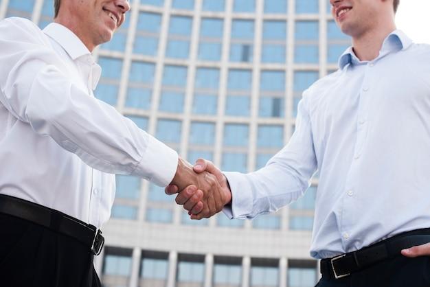 低角度のビジネスマンが握手 無料写真