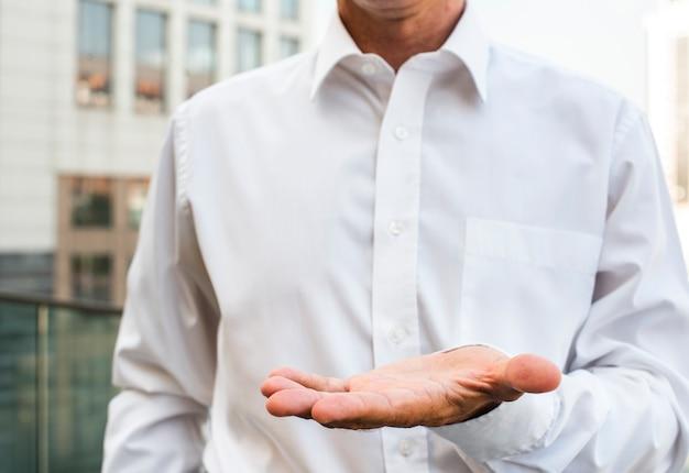 Бизнесмен, держа руку Бесплатные Фотографии