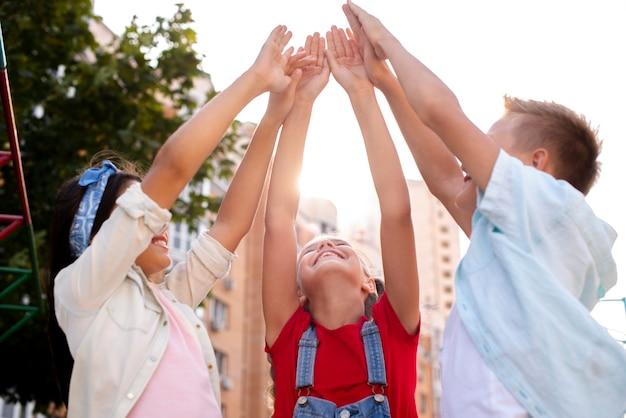 幸せな子供たちが手を上げて 無料写真