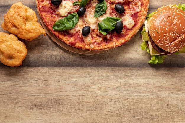 Рамка сверху с половиной пиццы и гамбургером Бесплатные Фотографии
