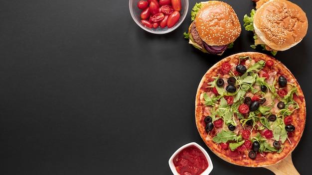 おいしい食べ物と黒の背景を持つトップビューフレーム 無料写真
