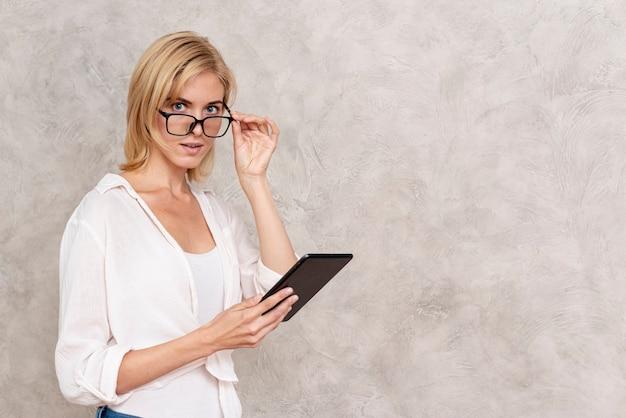 Красивая взрослая женщина с очками Бесплатные Фотографии