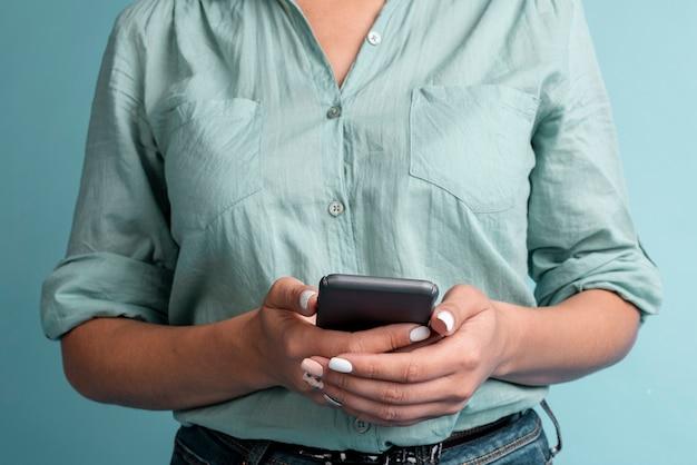 Вид спереди случайных женщин с телефоном Бесплатные Фотографии