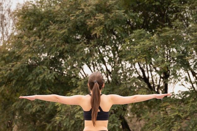 背面に合う若い女性屋外 無料写真