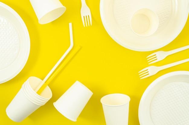 さまざまな白いプラスチック製使い捨て食器 無料写真
